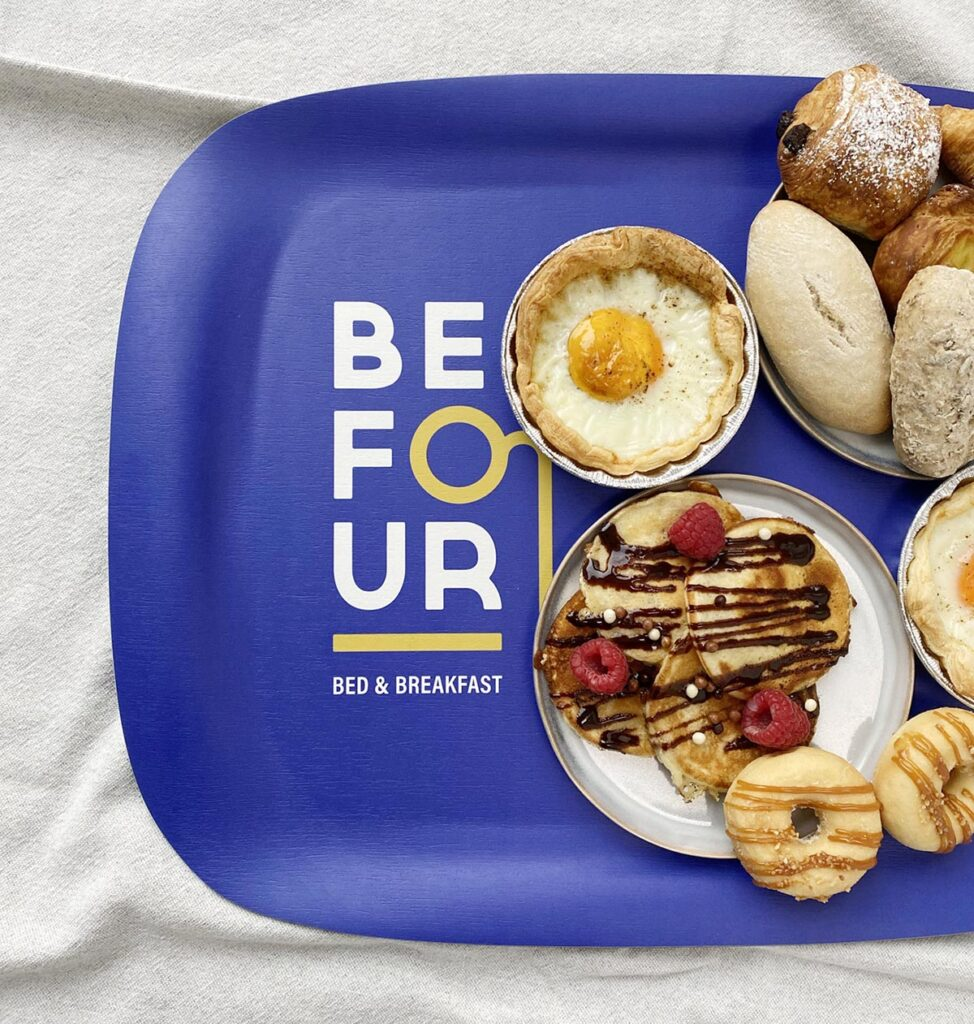 Dienblad met logo voor ontbijt in B&B